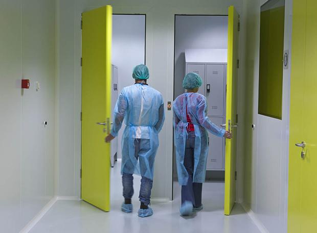 Gama de mobiliário neutro para salas blancas Purever Tech